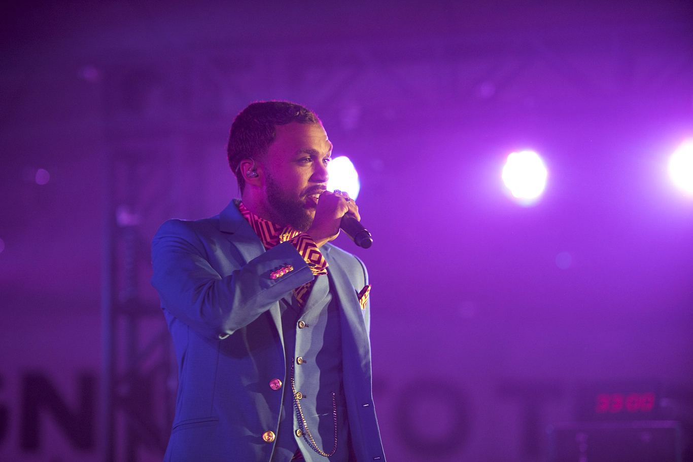 jidenna perfoming at Essence Festical